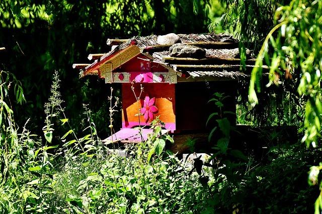colmena de abejas en jardín