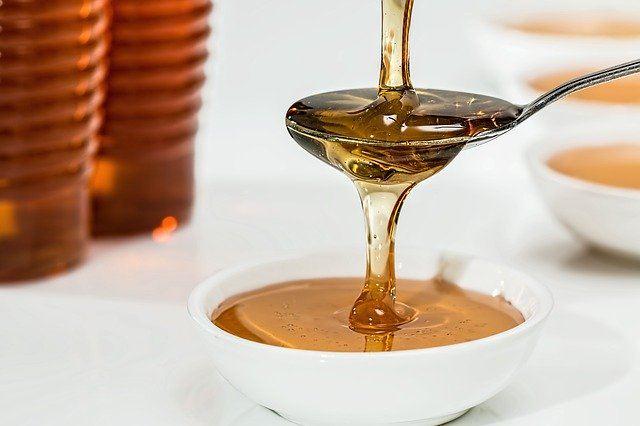 cucharada de miel natural de abeja